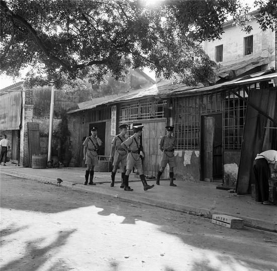 中英街上香港警察在英属街道巡逻(50年代),郑中健摄。