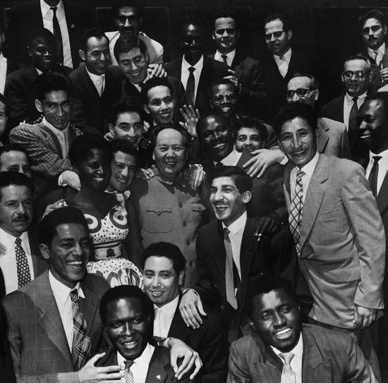 我们的朋友遍天下,毛泽东和亚非拉青年在一起。 (1959年) 侯波 摄