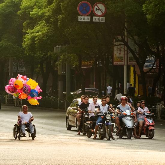 《秩序》摄影:@空山青鸟 来自于《生于街头》9月