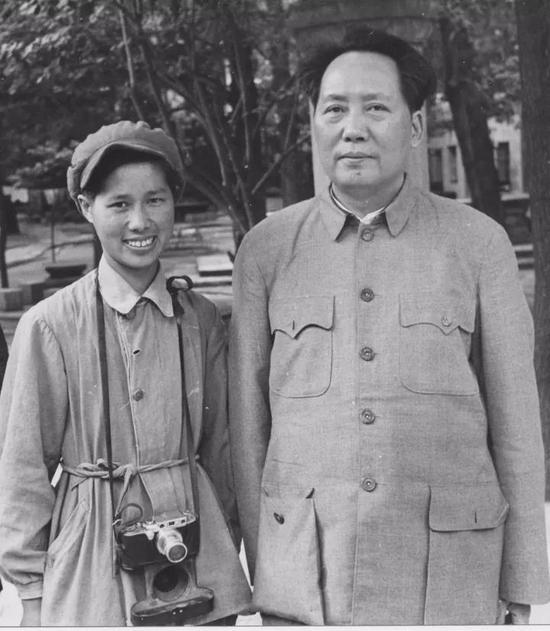 1949年5月在北京香山,侯波第一次走近毛主席,便被亲切接见并留下珍贵照片。 徐肖冰 摄