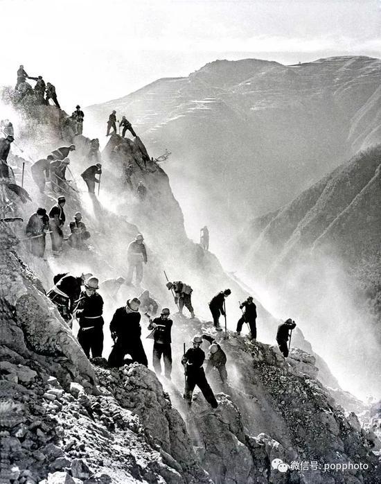 1959年 第三届全国摄影艺术展览  引水上山 茹遂初 摄