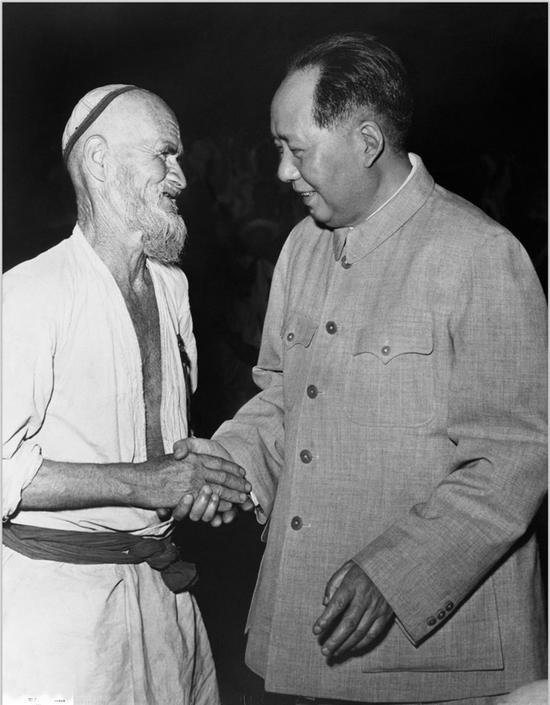 毛泽东在中南海接见新疆维吾尔族农民库尔班。 (1958年) 侯波 摄