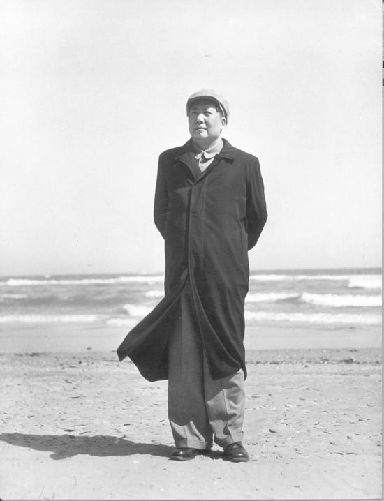 毛泽东在北戴河海滨。(1954年) 侯波 摄