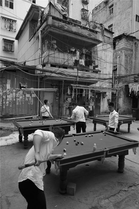 秦军校  南山白石洲村里打台球的打工者们 2016年