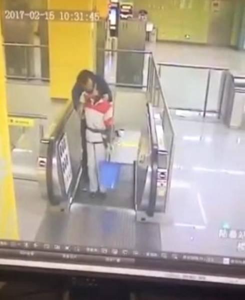 男子在地铁站强吻保洁阿姨后逃离