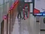 乘客跳进地铁头部受伤