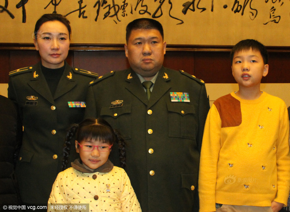 毛新宇带妻儿纪念毛泽东诞辰