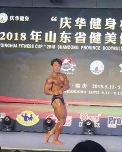 获得传统健美65公斤级亚军朴世溶在比赛中