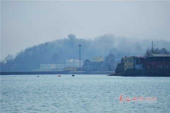 崂山区出现平流雾,崂山在海上时隐时现,美轮美奂。