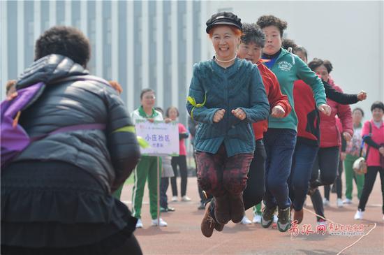 社区居民参加趣味运动会跳绳项目比赛。