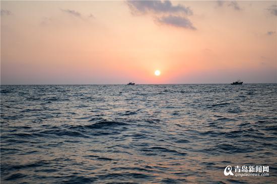海上日出。