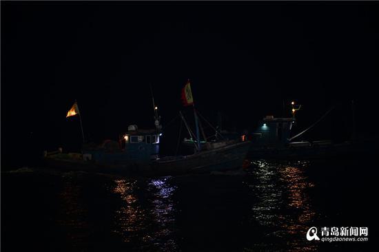 茫茫大海上两艘并行的渔船。