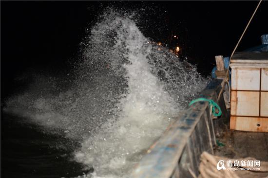 渔船逆风穿浪航行。