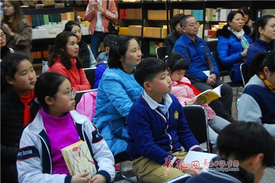 """安武林为岛城家长、孩子们带来一场有趣的""""阅读改变人生""""的讲座。王 雷 摄"""