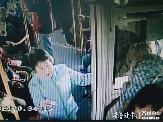 """公交车上捡五百现金上交 """"最美""""大姨车厢拾金不昧"""