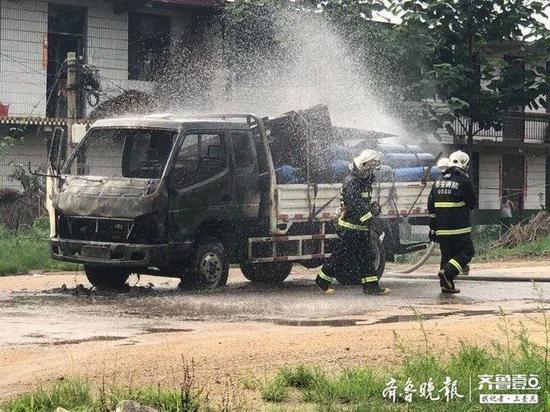 泰安房村镇一装有煤气罐的卡车自燃 警方救援及时