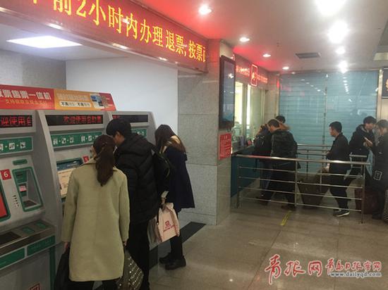 青岛长途站人工售票窗口减少 售票厅一楼改为全自助