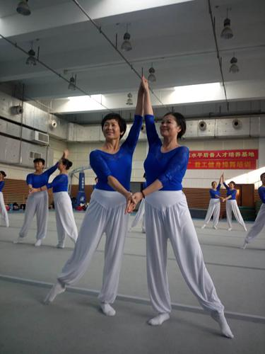 """青岛大姨""""老来俏""""快乐运动走进大众体操"""