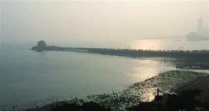▲受雾霾影响,昨天栈桥显得非常模糊,天空灰蒙蒙的。