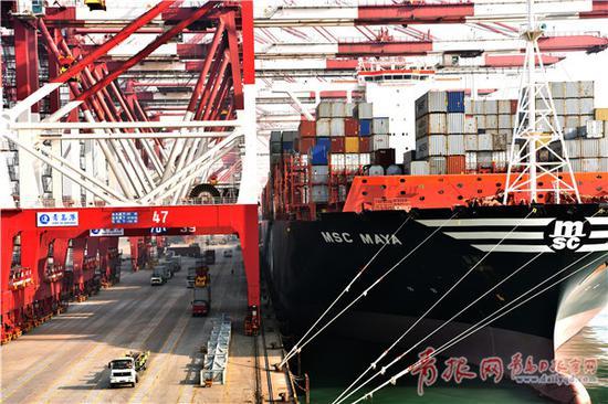 刚刚过去的2016年,青岛港装卸主业实现了稳健、可持续的健康发展。