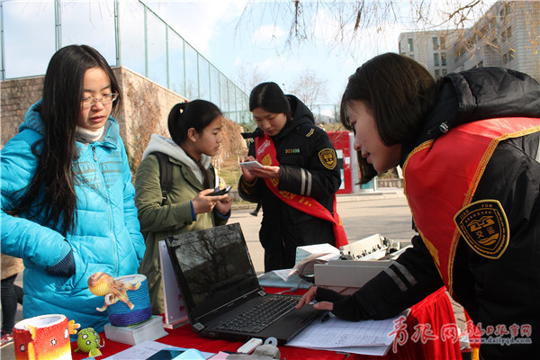 学生在校园内的售票点购买车票