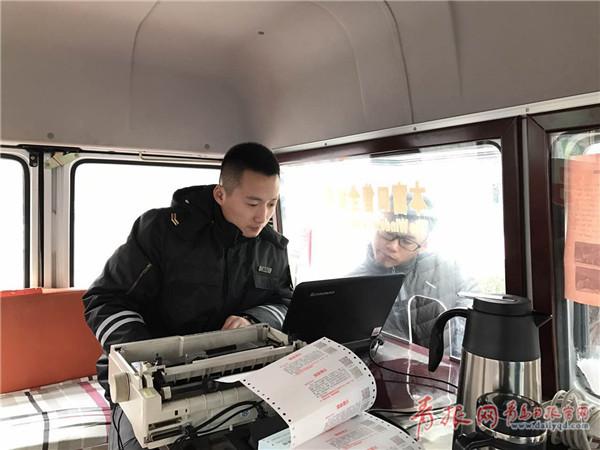 一名学生试图通过流动售票车的玻璃查看电脑上的车次