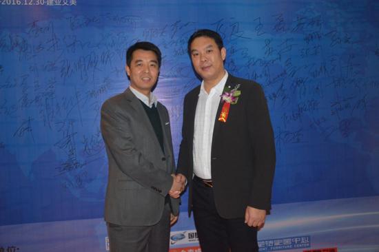 蜂智网创始人张作华与河南设计师100强创办人付刚合影留念