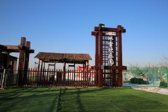 """冰雪欢乐园位于井庄镇柳沟村北,占地12万平方米,以""""五福红门""""巨型花灯为中心分为南北两片区域。"""