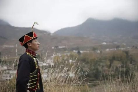 ▲彝族工人诗人吉克阿优回到家乡,慨叹文化的消亡。