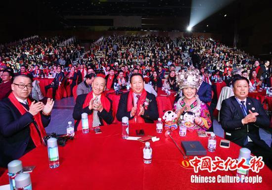 来自全球的华人华侨代表、文化界以及政、商各界领导嘉宾观看晚会精彩的节目,掌声不断