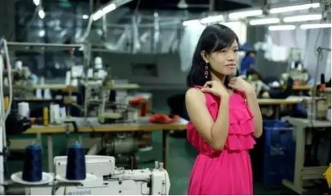 ▲服装女工邬霞最喜欢吊带裙。