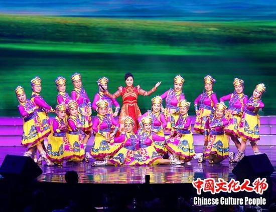 晚会节目众多,异彩纷呈。从传统曲目京剧艺术到流行歌曲、民俗乐曲、相声小品,美不胜收,传递出满满的正能量