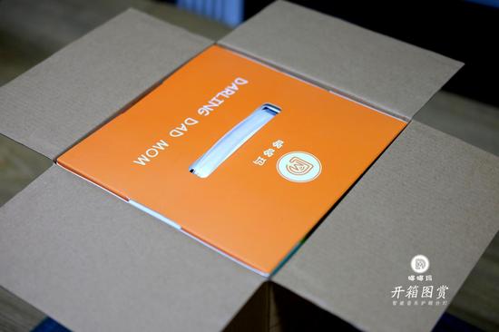 里面还有一层包装,外面的快递包装盒挺厚实,能起到防摔防潮的作用。