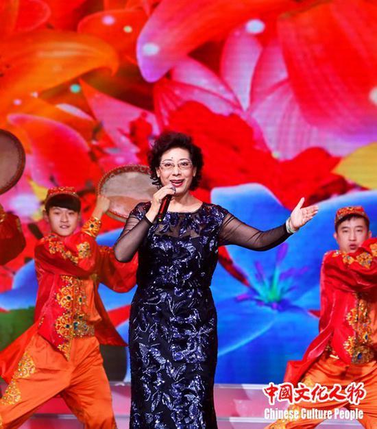 全国人大代表、著名歌唱家关牧村以醇美动听的声音表达对现场观众和全球华人华侨的新年祝福
