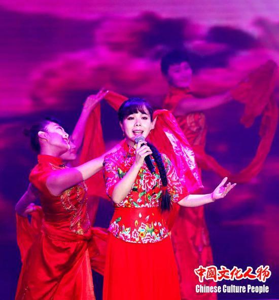 青年歌手王二妮深厚的唱功,赢得了现场观众的喜爱