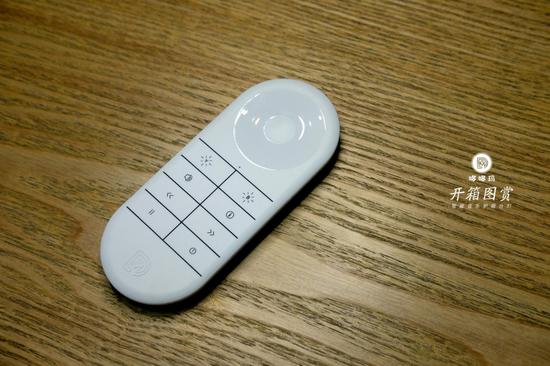 漂漂的遥控器,全触摸键,能做这么薄也是厉害。