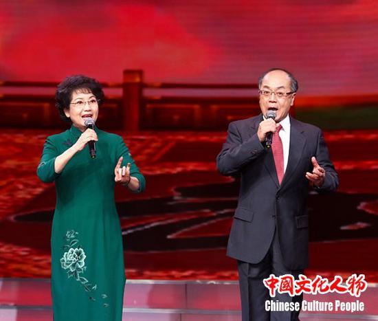 著名京剧表演艺术家李维康与耿其昌夫妇登台献唱,向全球华侨华人送上精彩的京剧演出和新春祝福