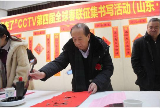 △中国楹联学会会长蒋有泉为市民书写春联