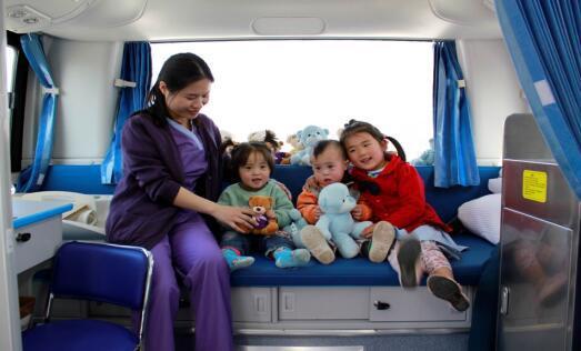 和睦家护士与救助对象在爱心医疗车