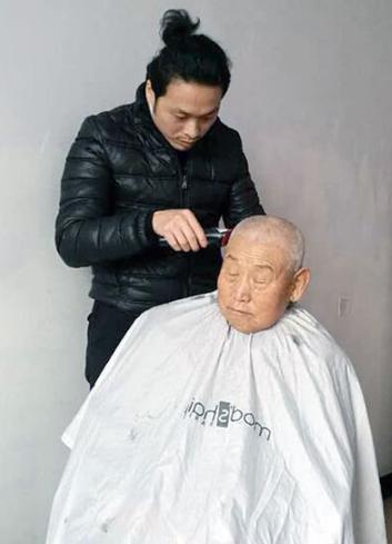 mod's hair的志愿者为老人打理迎新发型