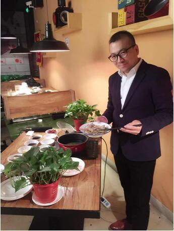 唐斌在现场制作食材