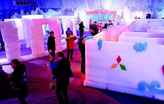 游人参观冰雕馆。