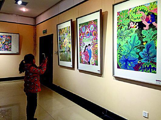 在云海路隐珠文化艺术中心,市民观赏手绘年画展览。