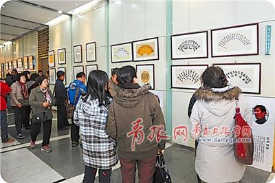 """""""尚扇崇艺""""扇面书法作品展在春节期间启动以来,得到了市民的热烈追捧。"""