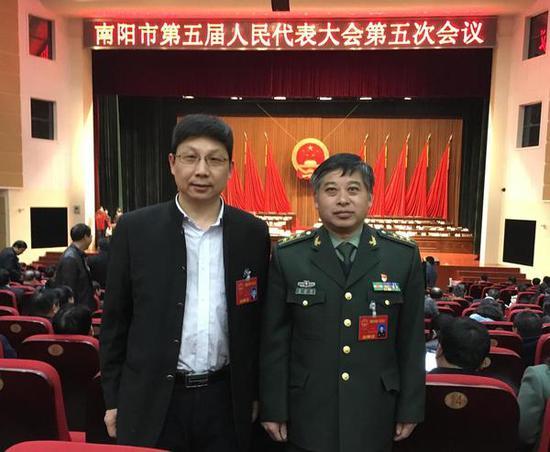 解放军代表与张继山合影