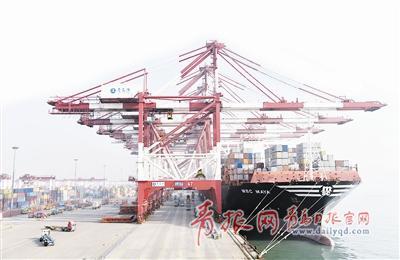 """青岛正加快迈向国际航运中心。图为""""地中海玛雅""""轮在前湾集装箱码头作业现场。 (资料图片)"""