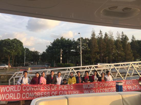 """浦江 """"游艇画展"""" 主席团在碼头持会旗照相。"""