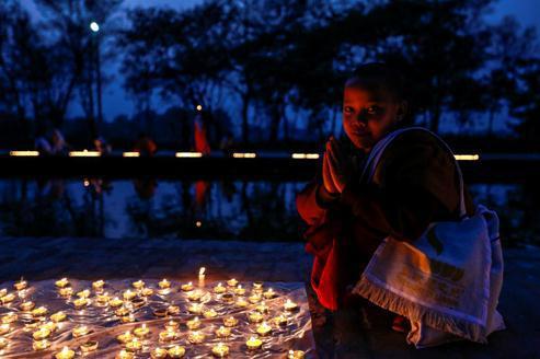 圣水河畔点亮心灯