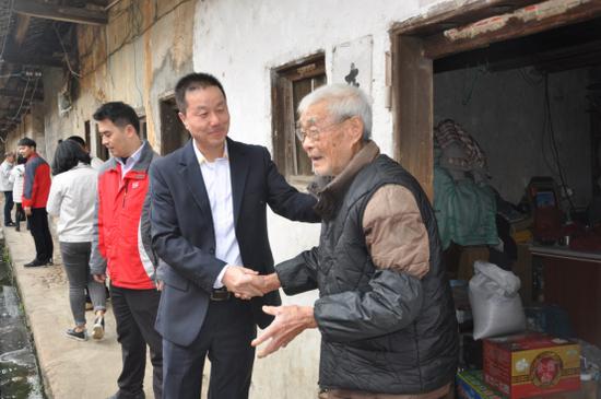 澳天力质管部总监李宗平先生慰问老人