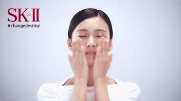Step3:手掌伸直,从下巴、脸颊、鼻翼到额头,轻轻拍打,从下到上,逆着毛孔方向,促进神仙水的吸收,眼周也可轻轻按压。